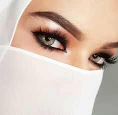 Beautiful Eyes, Gorgeous Women, Marilyn Monroe Drawing, Arabian Beauty Women, Hijab Niqab, Silk Scarves, Girl Pictures, Make Up, Womens Fashion