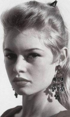 Brigitte Bardot Young, Anna Magnani, Bridgitte Bardot, Beautiful Haircuts, French Beauty, Keith Richards, Old Models, Sophia Loren, Hollywood Actresses