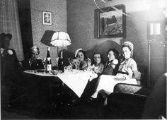 Feier am Wohnzimmertisch, wohl Saarland 1930er