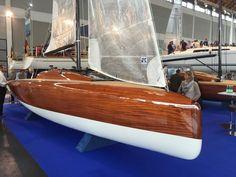 """Daysailer LA 28:  Die erste komplette Neuvorstellung der Werft ist die LA 28, eine Festkielyacht, die auch als Hubkieler ausgeführt werden kann. Hintergrund des Auftages war der Wunsch von Lothar Fichtner nach einem geeigneten Daysailer für sein Winterrevier, die Baleareninsel Mallorca. """"Ich wollte ein Boot, das nicht im Einheitsbrei untergeht"""", so Fichtner. Konstrukteur Menzner zeichnete ein Boot, das stark an die Curryjolle """"Aero"""" erinner"""