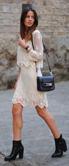 A bota preta quebra a delicadeza do vestido com detalhes em renda, deixando o look mais urbano e descolado. - Embroidered Summer Set