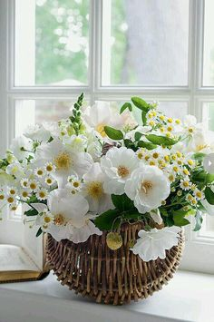 white flowers bouquet by Carolyne Roehm Ikebana, Fresh Flowers, White Flowers, Beautiful Flowers, Spring Flowers, White Anemone, White Roses, Simply Beautiful, Deco Floral