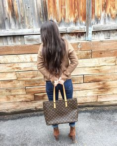 Saturday's are made of cozy sweaters and the biggest tote possible for all your errands! Shop this Luco in bio it is a great alternative to the neverfull. (Ps: I actually like it more for the zipper top straps and compartments inside! #longhair #saturday