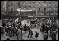 Restaurant du Chien qui fume, rue du Pont-Neuf, 30 décembre 1919. Intense activité aux Halles de Paris en cette veille de réveillon. Rol Photography Agency. 2009 Google map: https://www.google.com/maps/@48.86143,2.345142,3a,75y,253.62h,90.85t/data=!3m5!1e1!3m3!1s4HGn8JYwhDRCq-KYi4U86g!2e0!3e5