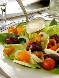 Tempo: 10minRendimento: 4Dificuldade: fácil Ingredientes: 1 copo de iogurte 1 lata de creme de leite 1 envelope de caldo de galinha em pó Sal, pimenta-do-reino e orégano a gosto 1 colher (sopa) de molho de soja (shoyo) Modo de preparo: Bata todos os ingredientes no liquidificador por por 5 minutos. Retire e sirva com saladas […] Caprese Salad, Fruit Salad, Cobb Salad, Light Diet, Kiwi, Bacon, Creme, Recipes, Fast Foods