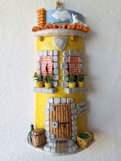 Telhas Decoradas Artesanato - Passo a passo Clay Fairy House, Fairy Houses, Polymer Clay Sculptures, Sculpture Clay, Christmas Decorations For The Home, Christmas Home, Clay Wall Art, Doll House Crafts, Jar Lanterns