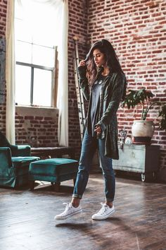 consigli-su-come-vestirsi-ragazza-abbigliamento-street-style-jeans-vita-alta-car… tips-on-how-to-dress-girl-dress-street-style-jeans-waist-high-cardigan long-shoes-from-gymnastics Mode Outfits, Casual Outfits, Fashion Outfits, Womens Fashion, Casual Clothes, Comfy Clothes, Comfortable Clothes, Sneakers Fashion, Converse Outfits