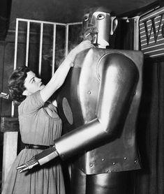 TV singer Jeanne Dowling lights a cigarette for Elektro a seven-foot robot built by Westinghouse Washington DC February 7 1954 Walker Evans, Tim Walker, Robots Vintage, Retro Robot, Vintage Tv, Vintage Images, I Robot, Herbert List, Science