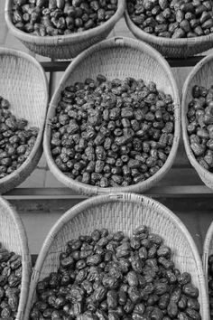 Paniers de jujubes séchés (hong zao 红枣), Xi'an, berceau de la Chine #Xian #china #jujube #bandw #tradition #black #white #fruits #hongzao