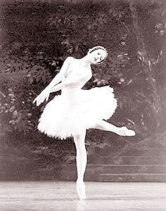 Karen Kain Ballet Photos, Dance Photos, Dance Pictures, Ballet Tutu, Ballet Dance, Ballet Skirt, Karen Kain, Female Dancers, White Swan