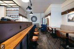 Hokery i stoliki w kawiarni 12 oz w Berlinie