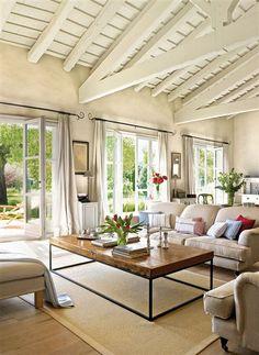 mpliar el salón, sobre todo si los techos no son muy altos. Además, ofrecen un sutil contraste con la pared.