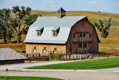 Country Barns, Country Living, Farm Lifestyle, Rustic Barn, Wooden Barn, Dutch Colonial, Gambrel, Country Scenes, Farms Living