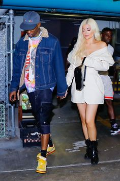 Kylie Jenner Spotted With a Diamond Ring On Her Wedding Finger. Kylie Jenner and Travis Scott stepped out over the weekend for dinner and the new mom fueled speculation that they might be officially engaged. Kendall Jenner Outfits, Kendall Jenner Modeling, Trajes Kylie Jenner, Look Kylie Jenner, Kris Jenner, Kourtney Kardashian, Estilo Kardashian, Kardashian Jenner, Travis Scott Kylie Jenner