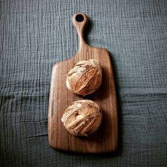 언발란스한 모양의 월넛도마 #cuttingboard #breadboard #cheeseboard #도마 #나무도마 #빵도마 #원목도마 #foodstyle #푸드스타일링 #홀츠클로츠 #온더테이블_holzklotz #주방용품 #키친웨어 #kitchenware #테이블웨어 #우드플레이트 #플레이팅