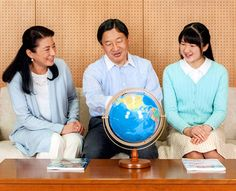 Crown Prince Naruhito, Crown Princess Masako and their daughter Princess Aiko discuss global water problems at their Togu Palace residence in Tokyo on Feb. 14. (Provided by the Imperial Household Agency)