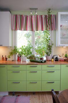 ikkunan edestä kaapeissa pyörät, että pääsee siirtämään pois Green, Kitchen, House, Decor, Cooking, Decoration, Home, Kitchens, Decorating