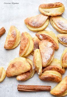 Uśmiechnięte ciastka serowe z jabłkami są strzałek w dziesiątkę! To doskonały pomysł na Dzień Dziecka, ale i nie tylko. Delikatne, lekko chrupiące z… Fruit Recipes, Cookie Recipes, Polish Recipes, Pretzel Bites, Deserts, Lunch Box, Food And Drink, Sweets, Bread