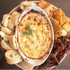 The perfect party appetizer: baked goat cheese dip! The perfect party appetizer: baked goat cheese dip! Appetizer Dips, Yummy Appetizers, Appetizers For Party, Appetizer Recipes, Christmas Party Appetizers, Dip Recipes For Parties, Healthy Party Snacks, Baked Goat Cheese, Goat Cheese Recipes