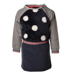Flo Baby jurk met harige voorzijde voorzien van all over stippen. De raglan mouwen zijn voorzien van een subtiele glitter. Met elastiek in de taille. Be cute like Flo.