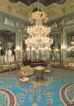 Salón de Espejos. De estilo neoclásico, era usado como tocador por la reina María Luisa de Parma. Se trata de uno de los salones más bellos del palacio. A ello contribuyen los zócalos de mármol rosado y los paramentos de las paredes, cubiertos de una fina ornamentación de estuco en la que predomina el blanco y el azul.72 Los grandes espejos que dan nombre al salón están guarnecidos en oro y azul, coronados por estucos blancos sobre fondo azul y rodeados con decoración de motivos vegetales Amber Room, 3d Flooring, Floor Murals, Teal And Gold, Spanish Colonial, Floor Design, Architecture Details, Baroque, Decoration