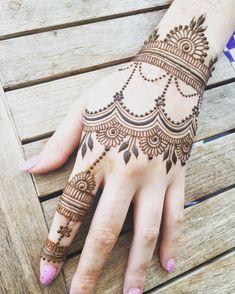 Mehendi (Lawsonia inermis) is a small freckle whose leaves are used to make girlfriends Modern Mehndi Designs, Henna Designs Easy, Beautiful Mehndi Design, Latest Mehndi Designs, Bridal Mehndi Designs, Henna Tattoo Designs, Hand Mehndi, Arabic Mehndi, Mehendhi Designs