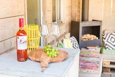 Heerlijk rondom de buitenhaard met een wijntje en een druifje. Wat wil de mens nog meer? #lekkerwijnen #buitenhaard #zeeland #stoerbuiten Rondom