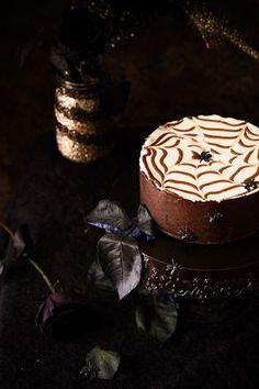 Receta para preparar una tarta de queso fácil y rápida para Halloween. Decorada con telaraña de chocolate.