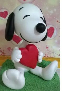 Life just has more fun with Kwai. Polymer Clay Animals, Cute Polymer Clay, Cute Clay, Polymer Clay Projects, Polymer Clay Creations, Bolo Snoopy, Snoopy Cake, Snoopy Birthday, Snoopy Party