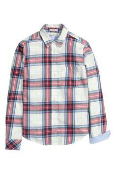 Camisa de cuadros en franela: Camisa entallada en franela de algodón con estampado de cuadros. Modelo con cuello inglés estrecho, mangas largas, bolsillos superiores y acabado redondeado.