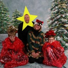 Dad always insists on being the star of the photo. | 21 Family Christmas Photos That Failed So Hard They Almost Won
