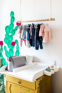 Jetzt auf dem Blog: Unser Kaktus Kinderzimmer I Boho I Ethno I Kakteen I Wickelkommode Gold I Cacti I Kids Room I DIY Kleiderstange Gold Holz mit Seil im Kinderzimmer