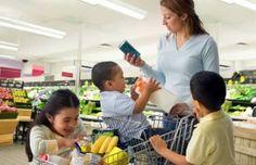 Si eres de las madres o padres que sufre haciendo la compra con tus hijos, te vamos a dar varios consejos para que no te desesperes.