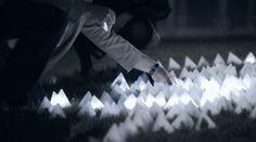 光に反応して連鎖するピラミッド型オブジェのインスタレーション「CONSTELLACTION」