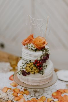 Fall wedding cake with macrame topper | Image by Swak Photography