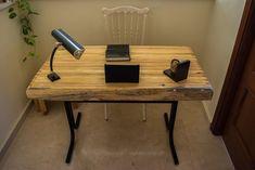 Escritorio de estilo vintage hecho con madera de palets y con patas y soportes de acero. Office Desk, Furniture, Home Decor, Rustic Furniture, Vintage Style, Future House, Desktop, Steel, Beds