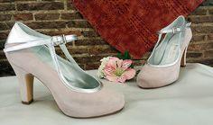 Zapatos en ante rosa palo y plata, este modelo lo encargó una chica para la boda de su hermana, pero algunas novias también lo eligieron incluso en los mismos colores para el día de su boda.