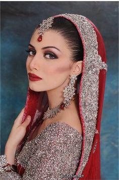 Latest Indian Sudani Pakistani arabic arabian Mehndi Designs 2011 fashion Henna: Latest bridal makeup trends and jewelry fashion wedding styles Indian Bridal Makeup, Indian Bridal Wear, Asian Bridal, Bridal Hair And Makeup, Bridal Beauty, Beautiful Indian Brides, Beautiful Women, Pakistani Bridal Dresses, Braut Make-up