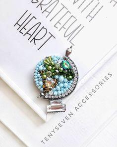 На изображении может находиться: ювелирные изделия Bead Embroidery Jewelry, Soutache Jewelry, Beaded Embroidery, Embroidery Stitches, Diy Jewelry, Handmade Jewelry, Fashion Jewelry, Diy Scarf, Beaded Brooch