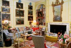 Mario Buatta's Manhattan Apartment is for Sale (The Glam Pad) English Country Style, Country Style Homes, Living Room Styles, Formal Living Rooms, Whitney House, Cuddle Couch, Mario Buatta, Princesa Carolina, American Interior