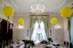 Dekoracje Balonowe | Balony to nieodłączny element przyjęć dla dzieci. Podczas ostatniej realizacji zdecydowaliśmy się na te w wersji nieco bardziej eleganckiej - balony giganty. | Fot. www.blyskotliwy.com