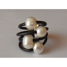anillo de cuero marron con perlas cultivadas y pasador de zamak