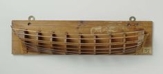 Anonymous | Halfmodel van een brik van 6 stukken, Anonymous, 1750 - 1820 | Mallenmodel (stuurboord). Geen geschutpoorten, dekken of tuig. Rond voorschip met bijna verticale voorsteven. Gewrongen spiegel, hol wulf, geen details van hek, geen zijgalerij; geen roer. Zeeg naar beide einden oplopend, het barkhout is aangegeven door een dubbele sent. Gepiekt rondspant.