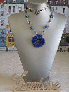 """Ravissant collier plastron en céramique """"Une fleur bleue"""""""" de la boutique framboisefrancoise sur Etsy"""