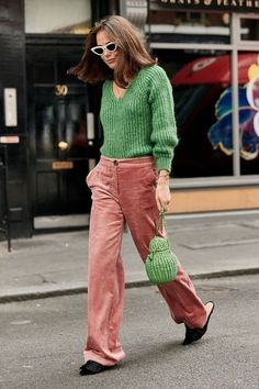 What the Capital's Coolest Wore to London Fashion Week Green sweater and pink pants at London Fashion Week Street Style 2018 London Fashion Weeks, London Fashion Week Street Style, Street Style 2018, Autumn Street Style, Street Styles, Paris Fashion, Street Chic, Kimonos Fashion, Fashion Dresses