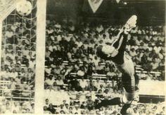 Copa de 1982 - Dassaev, goleiro da União Soviética, tenta evitar gol de Sócrates em jogo que o Brasil venceu por 2 a 1