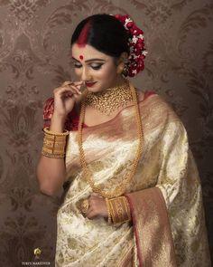 Indian Wedding Gowns, Bengali Wedding, Bengali Bride, Indian Bridal Outfits, Indian Bridal Fashion, Indian Fashion Dresses, Bengali Saree, Wedding Dresses, Bengali Bridal Makeup