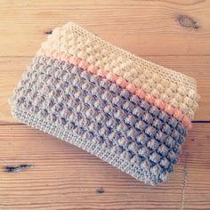 Little bobble stitch purse from Husbestyrerinden. Pattern here (can be translated by Google ) : https://husbestyrerinden.wordpress.com/2014/09/07/haeklet-pung-med-bobler/