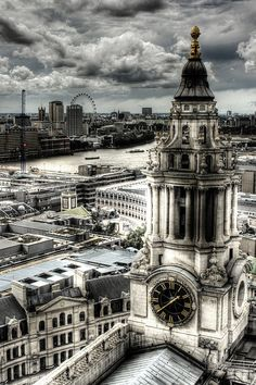 St Paul's cathedral clock tower. London. Torre del reloj de la catedral de San Pablo. Londres.