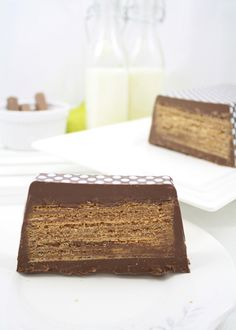 Cause again, there's almost nothing a Kit Kat can't fix. Mega Kit Kat by larecetadelafeliciddad: Made with milk chocolate, wafer cookies and a loaf pan in 20 minutes. Just Desserts, Delicious Desserts, Dessert Recipes, Yummy Food, Chocolate Wafer Cookies, Chocolate Wafers, Transfer Para Chocolate, Yummy Treats, Sweet Treats